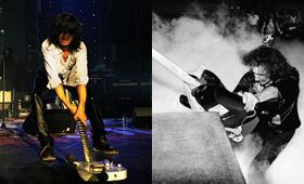砸吉他,可谓中外摇滚舞台上的常见动作