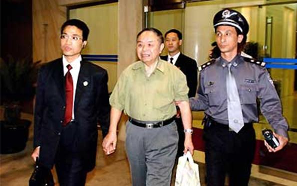 原上海市华申电力核电公司总经理杨忠万,因职务侵占罪出逃国外7年