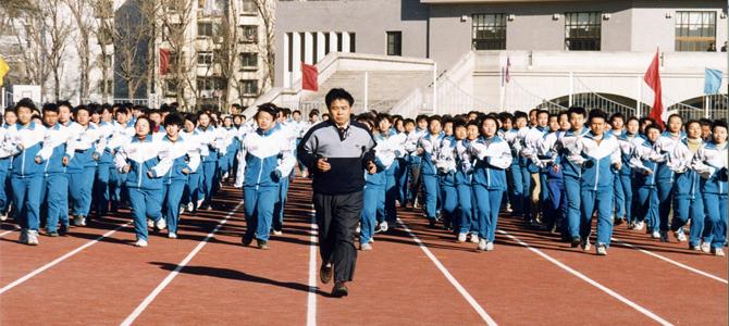 张世义校长带领学生在新建成的运动场上跑步