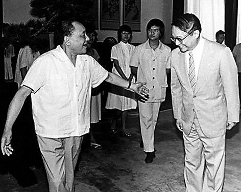 邓小平1981年在人民大会堂接见金庸,此后很快出现数十种盗版金庸武侠小说