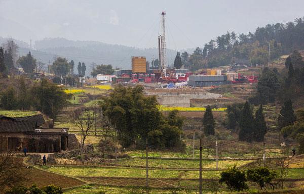 中国四川省涪陵城外的农田内,可以看到大型的钻井设备。这里发现了页岩气。