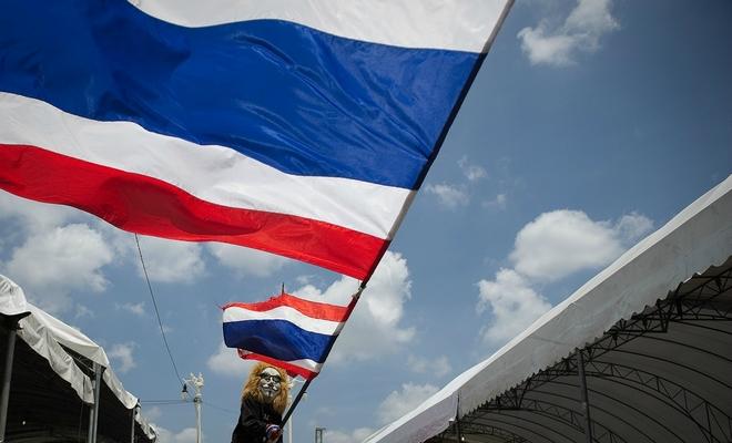 挥舞着泰国国旗的抗议者