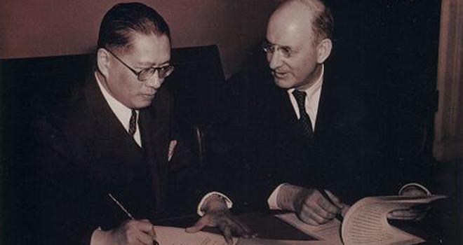 1942年,宋子文与美国财长摩根索签署财政借款后合影。