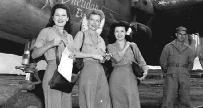 影星安·谢丽丹、露丝·丹尼斯、玛丽·兰登抵达位于云南的寻甸羊街机场后,在美军战机前合影。