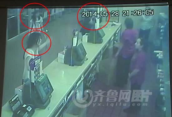 齐鲁网拿到的视频截图显示,张立冬的两个女儿要打砸柜台,很嚣张