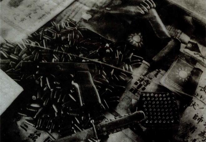 """1951年,从""""一贯道""""骨干牛克瀛家中搜出的武器、子弹"""