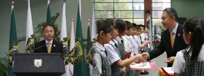 汇佳连续十几年组织学生赴美学习交流 王志泽为归国学子颁发证书