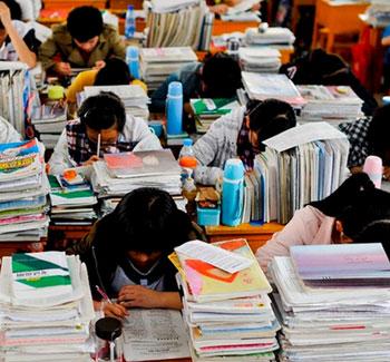 毛坦厂中学一个教室有150个人,书本试卷堆积如山