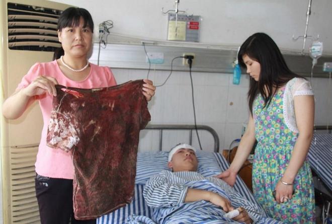 柳艳兵在夺刀过程中受伤所染红的血衣