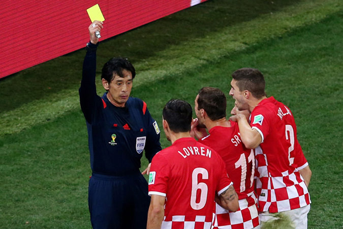 日本主裁对克罗地亚队员出示黄牌并判罚点球引起争议