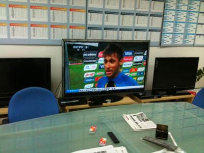 足协员工边看转播边讨论比赛情况