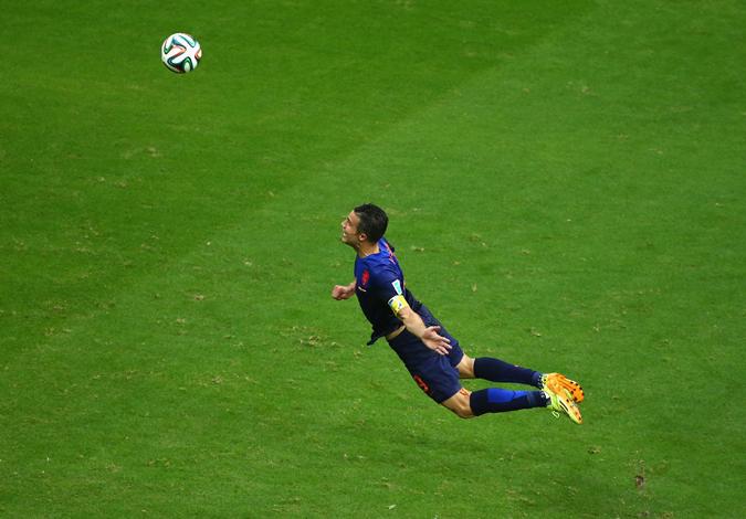 """范佩西一飞冲天打入扳平头球的图片被全世界球迷""""PS""""玩疯"""