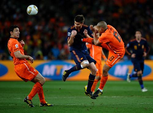 2010世界杯决赛,德容对阿隆索使出穿心腿