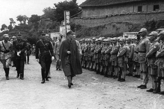 抗战期间,白崇禧陪同蒋介石检阅军队