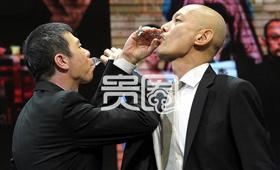 追忆合作了20年,俩人喝起了交杯酒。