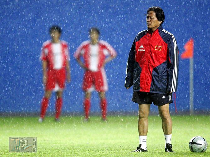 朱指导带国家队时要求很严格,图为国家队在大雨中训练