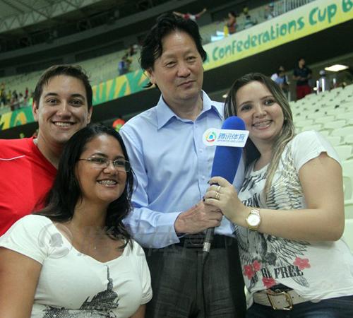 朱指导与巴西有不解之缘,去年联合会杯期间,朱指导被巴西球迷追捧