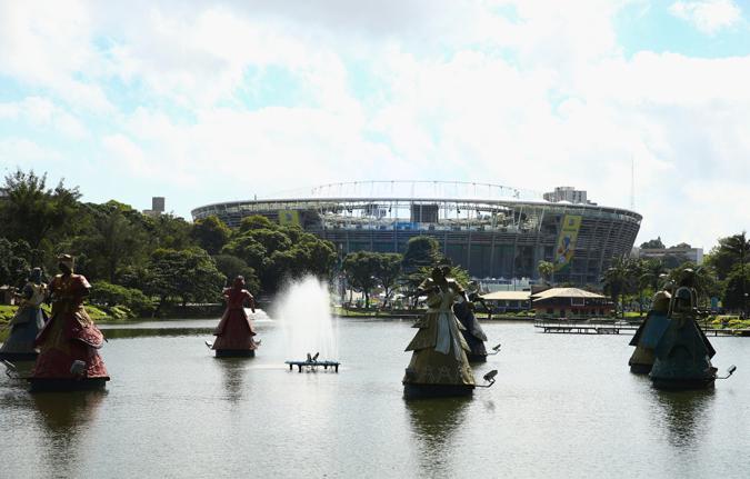 新的丰特诺瓦球场外景,托罗罗堤城中湖上的巨型人偶