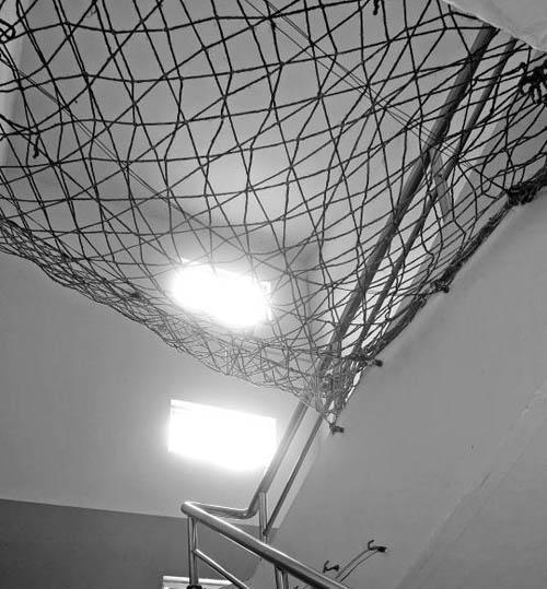 """某所""""矫治学校""""的楼梯甚至还装了防坠楼的网"""