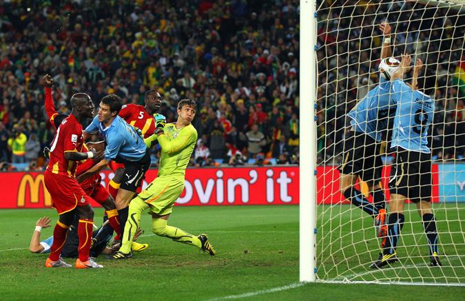 南非世界杯上,苏亚雷斯用手去拦加纳人的射门,那一刻,为了胜利,不惜身败名裂。