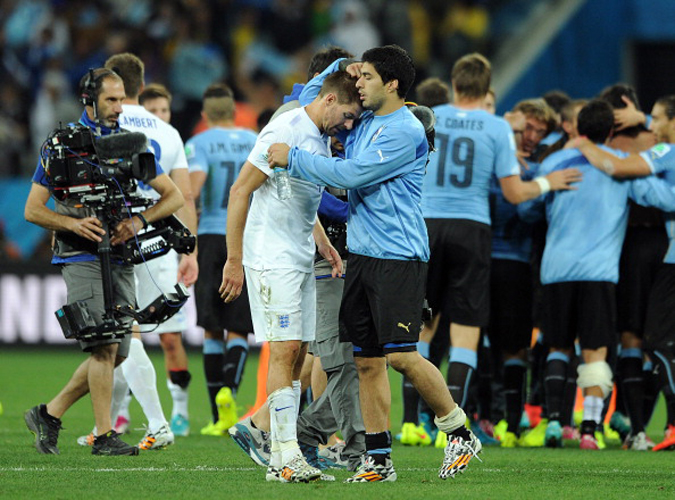 6月20日凌晨,乌拉圭2:1战胜英格兰,苏亚雷斯安慰队长杰拉德