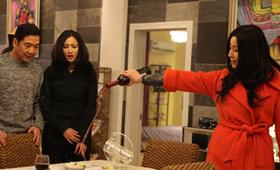前妻艾娇娇大闹前夫与新女友的烛光晚餐。