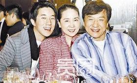 林凤娇60大寿时,一家人拍了张全家福。