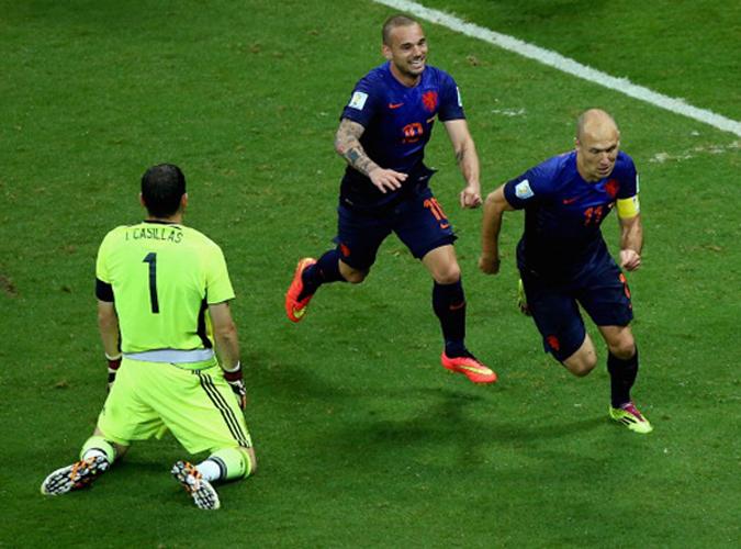"""6月13日,荷兰5:1大胜西班牙成功""""复仇"""",罗本进球后斯内德与之庆祝。"""