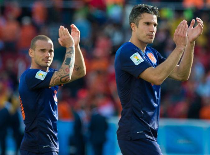 6月18日,荷兰3:2战胜澳大利亚后,斯内德和范佩西向球迷致敬
