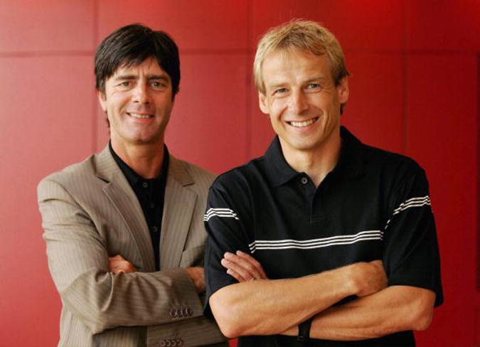 2004年,克林斯曼担任德国国足主帅时选择了勒夫担任助理教练