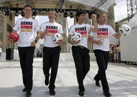 06年德国庆功时(左起)比埃尔霍夫、克林斯曼、勒夫和科普克