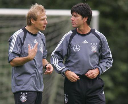 2004年,克林斯曼与勒夫在训练中交流