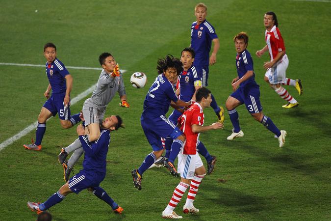 日本在南非世界杯上表现十分惊艳,图为日本与巴拉圭的1/4决赛