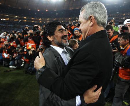 2010年,阿吉雷率领墨西哥打入16强,淘汰赛不敌马拉多纳的阿根廷