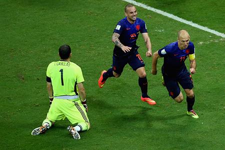 本届世界杯小组赛上,罗本单刀直入,晃过卡西,宣告回归
