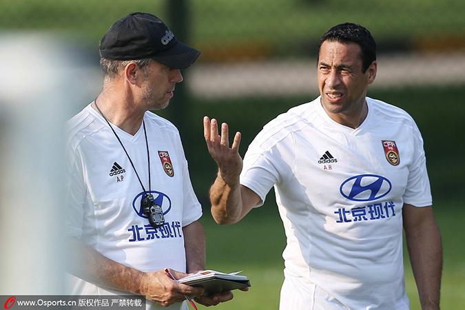佩兰在训练中与教练组成员交流