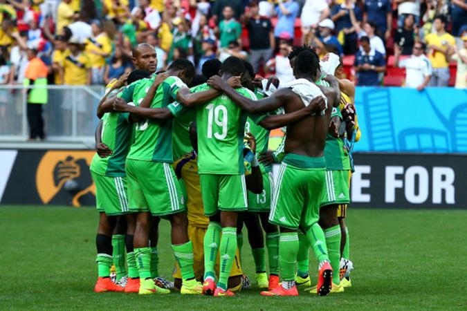 """中场结束后,尼日利亚队员聚在一起好像祷告,有网友调侃,""""奖金没了,下半场罢踢吧"""""""