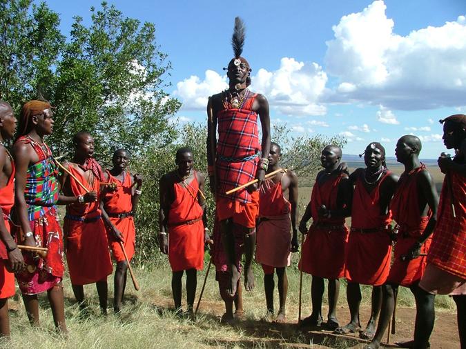 非洲本土人更注重部族,轻国家,图为马塞族人在跳战斗舞