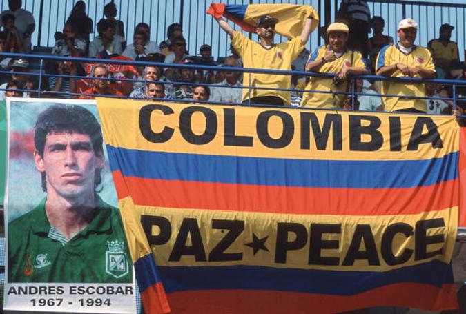1998年法国世界杯,哥伦比亚球迷打出横幅缅怀埃斯科巴