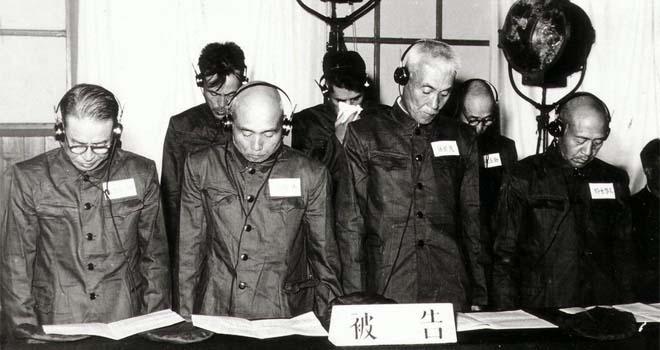 8名日本高级军官在法庭受审。左起为佐佐真之助、上坂胜、藤田茂、铃木启久。