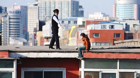 中国的自杀率有一个全世界独家的特点:女性自杀率高于男性