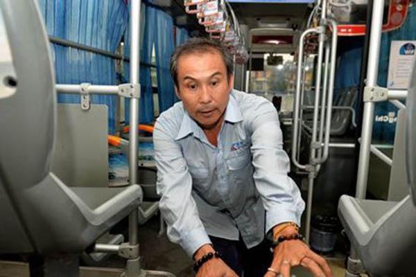 55岁的司机欧阳先生并不强壮,却很勇敢和机智