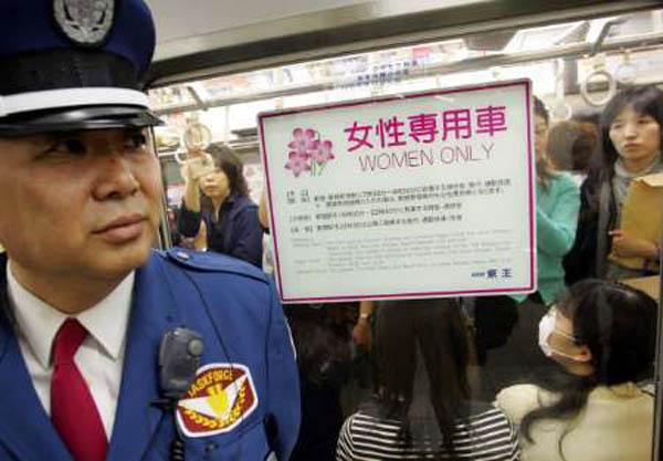 日本为打击公交性骚扰尝试了很多办法,女性专用车厢是其中之一