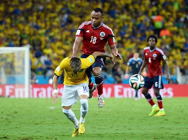 祖尼加与内马尔争抢球权时犯规,导致后者腰椎骨裂伤离世界杯