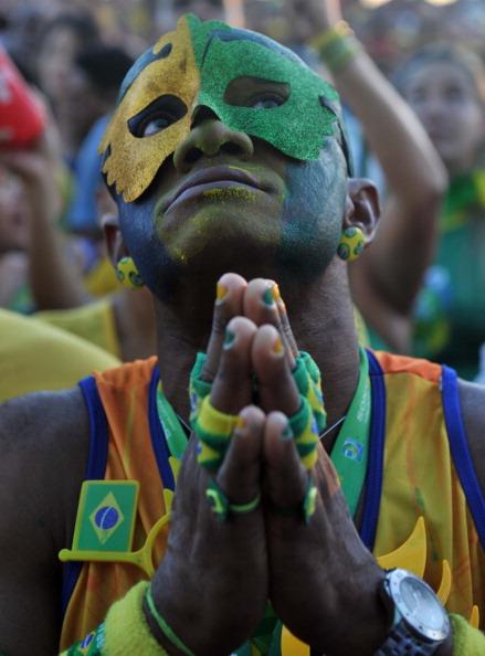 巴西球迷为受伤的内马尔祈祷