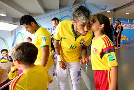 比赛前,女球童亲吻内马尔