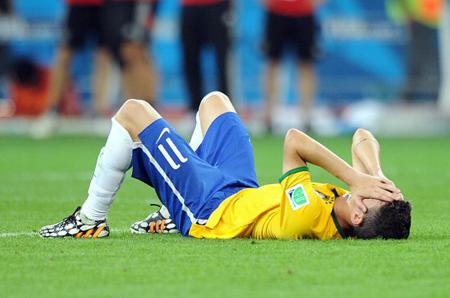 终场后,奥斯卡躺在球场上痛苦