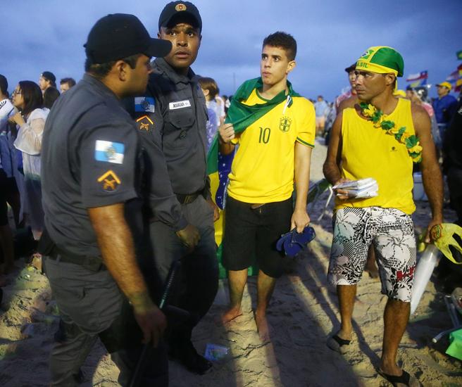 巴西警察在科帕卡帕海滩上巡视