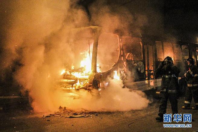 圣保罗南部,一名闹事球迷将公交车点燃