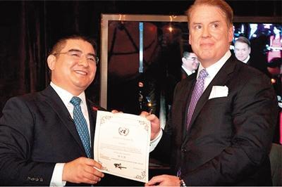 """""""中国全球合作基金会""""主席授予陈光标""""世界首善""""证书。"""